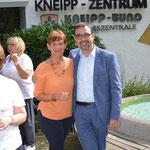 Evelin Hensel, 1. Vorsitzende des Kneipp Vereins Amberg, mit Kneipp Bund Präsident Klaus Holetschek