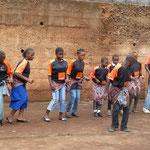 Einige andere Schüler tanzen traditionell kamerunisch für das begeisterte Publikum