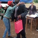 Der Schulleiter und -gründer Innocent DJONTHE überreicht gerne die Preise für besonders gute Leistungen