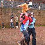 Zwei auf einem Einrad: Joel und Ivanesse können sogar auf dem unebenen Boden fahren!