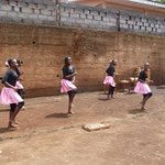 Einige Mädchen der 7. Klasse führen einen Tanz vor
