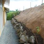 Protection d'un talus raide en natte coco renforcée par un grillage ROCKMAT