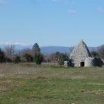 Borie du plateau des Claparèdes sur fond de Mont Ventoux
