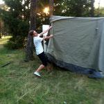 Jan beim Zelt aufbauen