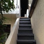玄関へ続く階段