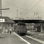Güterzug Hagen-Aschaffenburg mit 194 284 vom Bw Aschaffenburg durchfährt den Bahnhof Wetzlar im Juli 1970