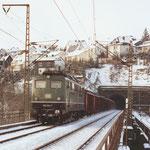 150 034 Bw Nürnberg Rbf verläßt am 05. Januar 1985 mit einem Güterzug den zweigleisigen Giersberg-Tunnel in Siegen-Ost, rechts das Portal des eingleisigen Tunnel nach Siegen Bahnhof