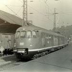 """Ein ET 30 als D-Zug """"Westfalenland"""" von Bielefeld nach Frankfurt bei der Einfahrt in den Bahnhof Weidenau im Juli 1970, am Güterschuppen stehen Wagen der Kleinbahn Weidenau-Deuz"""