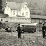 Deuz 1957: Schienenbus im Bahnhof Deuz, Übung der Feurwehr (Aufnahme: Helmut Fuchs, Deuz)
