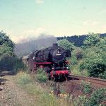 Siegen Stummes Loch 1969: Personenzug Siegen-Betzdorf mit 044 596 vom Bw Betzdorf (Aufnahme: Dr. Richard Vogel, Berlin)