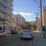 Die Straße, in der wir gewohnt haben. Hinten rechts, in dem Gebäude mit den roten Streifen, haben wir gewohnt.