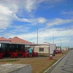 Das hier waren die Strandbars, wo man abends essen gehen konnte. Tagsüber natürlich auch. Aber jede Bar hatte jemanden, der einem das Essen zum Strand gebracht hat.