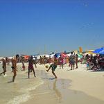 Natürlich wird hier am Strand überall Fußball gespielt.