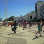 Das war unser letzter Tag in Rio. An dem Sonntag fand schon eine kleine Karnevalsparade statt. An der Copacabana.