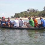 Für ca. 10 Minuten sind wir dann in so ein Kanu gestiegen und uns wurde erklärt, wie die Fische gezüchtet werden.