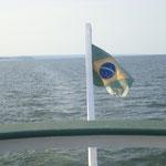 Da habe ich ´ne Weile probiert, bis die Fahne richtig drauf war. Es war auch sehr erstaunlich wie breit der Tapajós war. Und das nur als Nebenfluß.