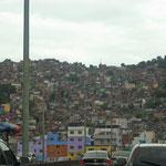 Eine der vielen Favelas und vielen Brennpunkte von Rio.