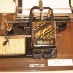 Mignon Stiftschreibmaschine. Das wahr wohl etwa so mühsam, wie SMS über Zahlentastatur.