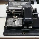 Mignon Stiftschreibmaschine von AEG   Das wahr wohl etwa so mühsam, wie SMS über Zahlentastatur.