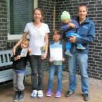 Familie vor ihrem schwalbenfreundlichen Haus nach Verleihung einer Urkunde und einer Plakette