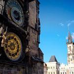 ちょうど通りかかったのが午後5時ちょっと前。仕掛け時計を楽しんだ。15世紀に出来た時計らしい。