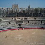 闘牛場。このアルルとニームがローマ時代から残る闘牛場で有名。もちろん闘牛が開かれている。