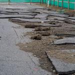 ところどころ今も残る震災の傷跡。