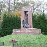 終戦協定が結ばれた記念碑。フランス陥落の調印もここだけど...