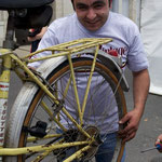 この街の職業訓練校の先生。自転車修理をこの二日間無料で行う。当たり前だが大盛況だ。