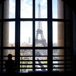 エッフェル塔を眺めるようにカーブした建物はどの窓からも塔が見える