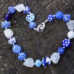 Kette in blau ergänzt mit Bergkristall