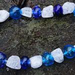 Hohlperlenkette blau mit Bergkristallen