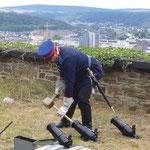 Nachdem das Schießpulver eingefüllt ist, werden die Kanonen mit einem Korken verschlossen (c) Nina Borowski