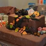 Figuren zusammensetzen und die Torte dekorieren
