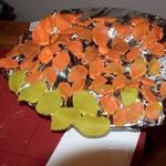 verschiedene Farbkombinationen der Blätter durch leichtes verkneten / verdrehen der Hersch. Fondantfarben