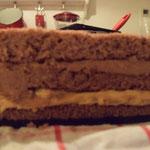 Nun wird der Deckel der Torte aufgesetzt. Die Torte sollte nun nocheinmal für mindestens 1-2 Stunden gekühlt werden, wen möglich über  Nacht.