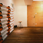 アート作品のようなヨガマットを収納する棚