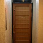 舞良戸(まいらど)を引用したデザインのドア