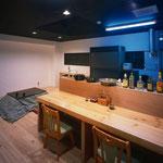 食堂 居酒屋のカウンターと家庭の様なこたつ。スタッフがゆっくり寛ぐために考えられた空間です。