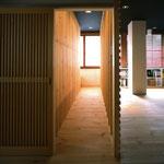 応接室に入る路地。 他府県からの客人を通す通路。格子を開け、路地を通る。京都ならではの体験が出来るオフィス。
