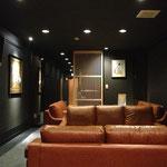 客席目線。低めのソファにそろえる事で空間に広がりを感じさせる。