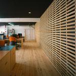 間仕切の横桟は普段建物の壁を作る時に利用されている『胴縁』を削って使用。隣接する空間とつながっている部分と、閉じている部分とに分れている。