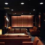 格子とヴィンテージテイストのソファの存在感を強調した男の空間