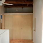 限られた空間をつなぐように配置する事で、広がりと有効なスペースを獲得