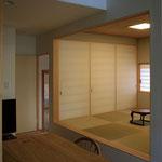 和室の奥の障子を開けると玄関につながり、大きな荷物が搬入出来る