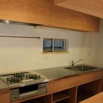 木が好きな施主のためにデザインした、シンプルな木のキッチン。木目が美しい