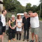 Werner erklärt unserer Gastfamilie den bisherigen Verlauf unserer Tour