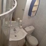 La douche et les toilettes
