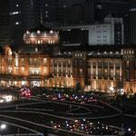 東京駅丸の内の夜景。丸の内界隈のビルの中では、夜遅くまで演奏会がおこなわれた