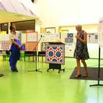 Quilter Marga Loos onthult het naar een ontwerp van de leerlingen gequilt mozaiek